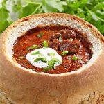 Guľášová polievka v chlebe